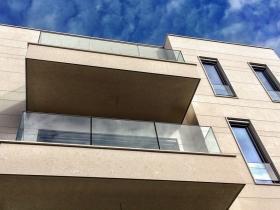 Staklene ograde Elegant - nasadni sistem C50 - Porodična vila u Beogradu