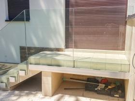 Staklene ograde Elegant - stranični sistem D50 - Porodična zgrada u Beogradu