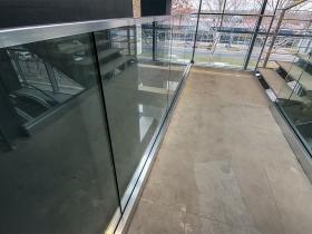 Nasadni sistem staklene ograde Elegant C50 i stranični sistem CREA-POINT GT50 na objektu Decathlon u Beogradu