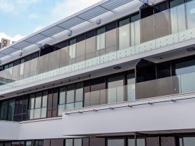 Stranični sistem staklene ograde Crea GT50 i nasadni sistemi staklenih ograda Elegant N50 i M50 na objektu A Blok u Beogradu.