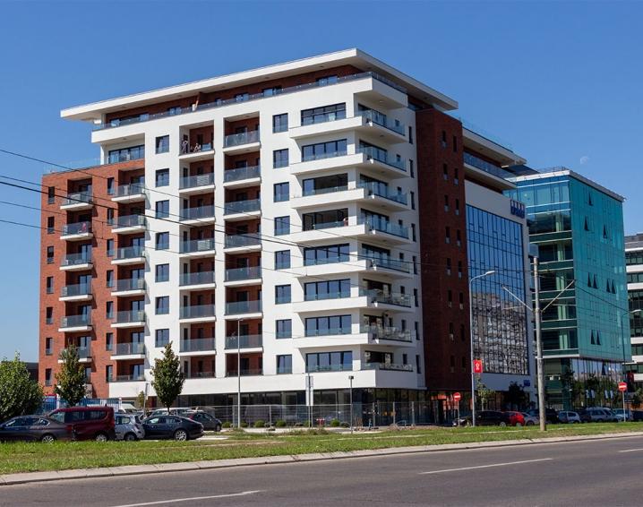 Nasadni sistem staklene ograde CREALINE GG-1005 i stranični sistem CREA-POINT GT50 na stambeno-poslovnom objektu SQUARE 43 u Beogradu.