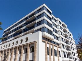 Nasadni sistem staklene ograde Elegant M50 na stambeno-poslovnom objektu Gramšijeva u Beogradu.