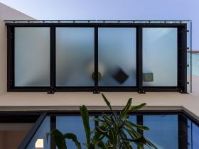 Stranični sistem staklene ograde CREA-POINT GT50 na stambeno-poslovnom objektu SQUARE 43 u Beogradu.