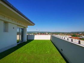Staklene ograde Elegant - Nasadni sistem Vista V330 u boji antracit na stambenom objektu u Kruševcu