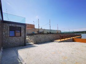 Nasadni sistem staklene ograde Elegant C70 na stambenom objektu u Beogradu pored Dunava