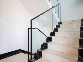 Staklena ograda Elegant sa Vista V330 spigot nosačima u crnoj boji na stepeništu stambenog objekta u Beogradu.